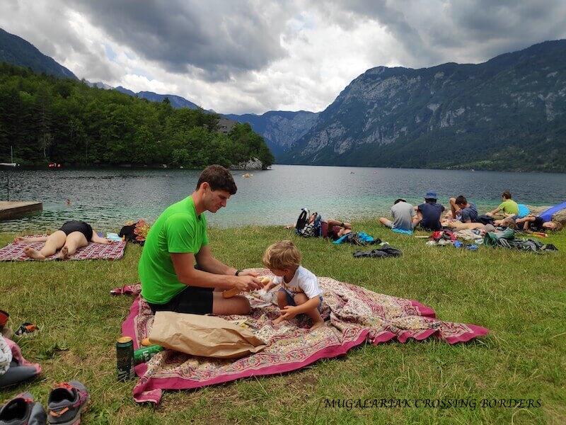 Picnic en familia en el lago bohinj