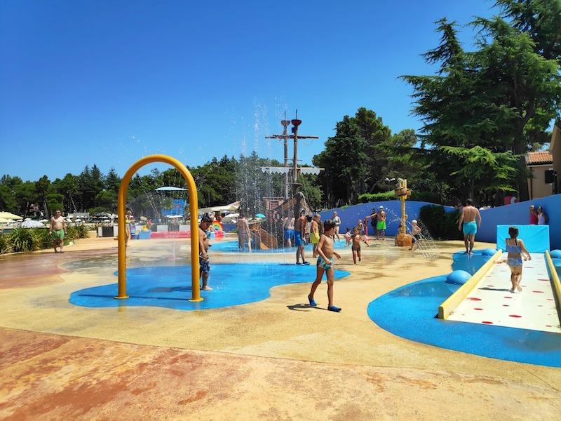 Plaža Stella Maris, juegos para niños y piscinas gratuitas