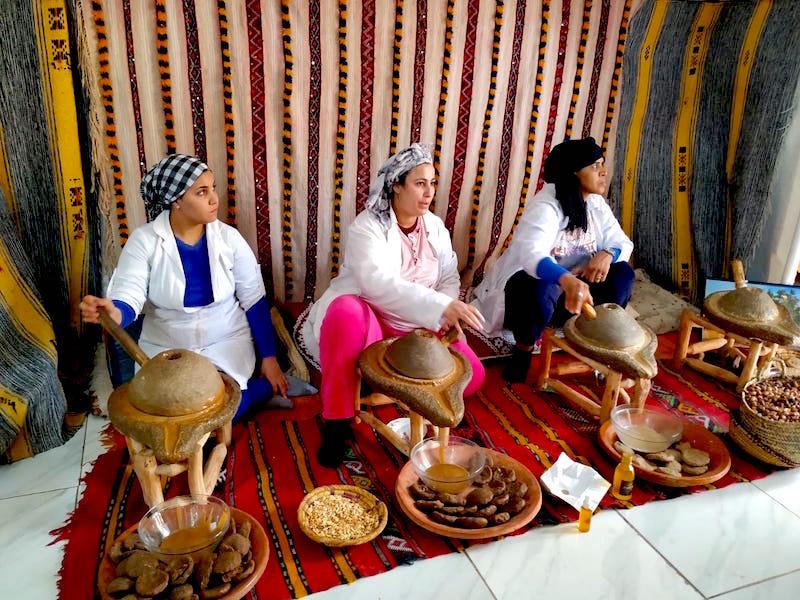 Mujeres trabajando con el Argán